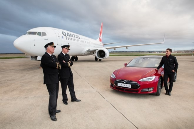 Xe dien Tesla do toc do voi may bay Boeing 737 hinh anh 1