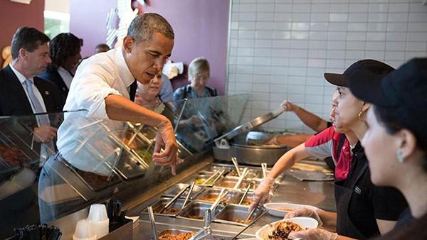 Ông Obama ghé thăm một cửa hàng Chipotle tại Washington.