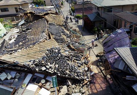 Khung cảnh tan hoang ở Kumamoto sau trận động đất 6,2 độ richter hôm 15/4.