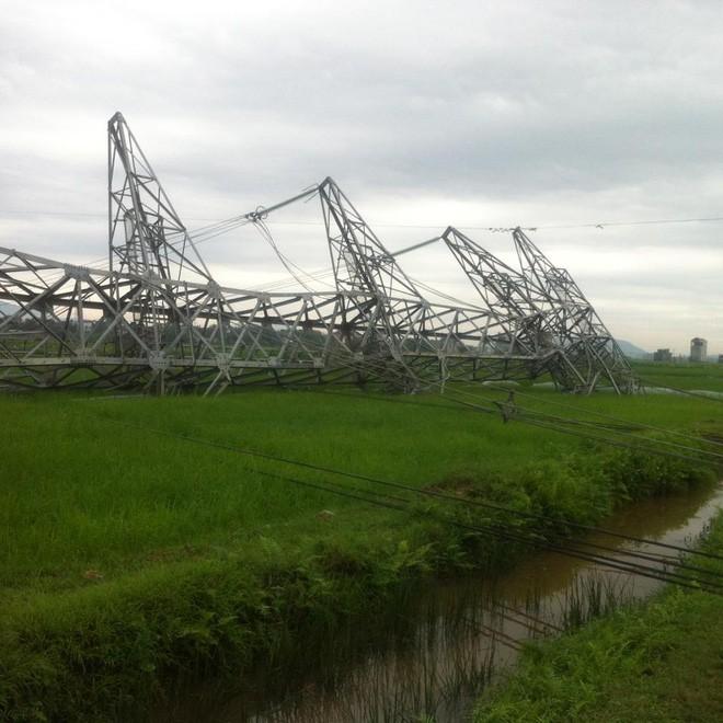 Một loạt cột điện bị ảnh hưởng nghiêm trọng. (Ảnh: Giang Lê)