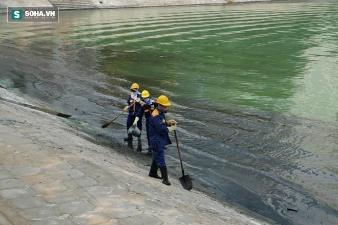 Nước hồ Ngọc Khánh có màu xanh và bốc mùi hôi thối rất khó chịu từ hơn 1 tháng nay.