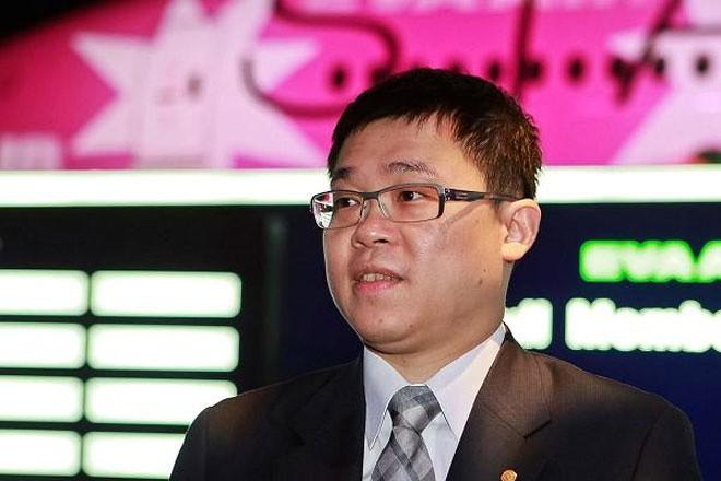 """<b>Hãng EVA Airways, Đài Loan</b></div> <div>EVA Airways được gọi thân mật là hãng hàng không """"mèo Hello Kitty"""". Vào tháng 3/2016, khi vừa đáp xuống Singapore, Chủ tịch kiêm phi công của hãng này là Chang Kuo-Wei (ảnh) hay tin mình đã bị loại khỏi Hội đồng Quản trị. Chính ba người em cùng cha khác mẹ của Chang đã gộp chung cổ phần với nhau trong công ty vận tải Evergreen - hãng mẹ của EVA Airways - nhằm giành quyền loại Chang."""
