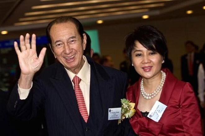 """<b>Tập đoàn SJM Holdings, Macau</b></div> <div>Cuộc chiến tranh giành gia sản của """"ông trùm"""" ngành sòng bạc Macau Stanley Ho khiến gia đình lớn của ông - gồm 4 bà vợ và 17 người con - chia thành hai phe.</div> <div>Trung tâm của trận chiến này là cuộc đấu giữa người vợ thứ tư của Ho, bà Angela (ảnh) và Pansy Ho, con gái của ông cùng người vợ thứ hai. Hai bên cáo buộc nhau tìm cách chiếm đoạt cổ phần trị giá 1,7 tỷ USD của Stanley Ho trong SJM Holdings. Vụ tranh chấp đã được giải quyết vào tháng 3/2011."""