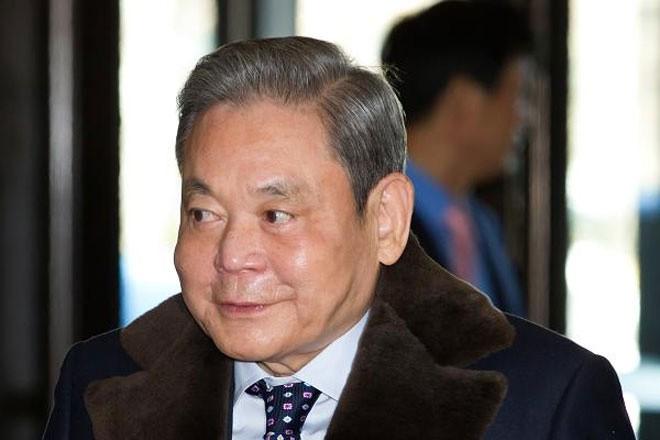 """<b>Tập đoàn Samsung, Hàn Quốc</b></div> <div>Trong cuộc chiến """"huynh đệ tương tàn"""" được xem là lớn nhất từ trước đến nay về mức độ tài sản liên quan, Chủ tịch Samsung Lee Kun-hee (ảnh) bị kiện bởi người em trai và em gái vào năm 2012. Hai người em của ông Lee muốn được nắm giữ cổ phần nhiều hơn trong Samsung, tập đoàn lớn nhất của Hàn Quốc.</div> <div>Hai người em cho rằng ông Lee không để cho họ được nhận đầy đủ tài sản thừa kế vào năm 1987 bằng cách che dấu một phần tài sản mà người cha để lại. Ông Lee phủ nhận cáo buộc này. Cuối cùng, vào năm 2014, người em trai của ông Lee thua kiện."""