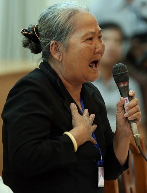 Bà Lê Thị The (hộ dân bị ảnh hưởng ở P.Bình An) phát biểu Ảnh: Đào Ngọc Thạch