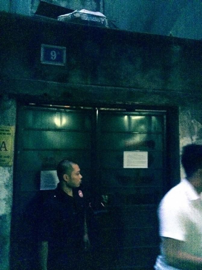 Lực lượng đòi nợ của ngân hàngTechcombank án ngữ trước nơi gia đình ông Cử sinh sống cả đêm.