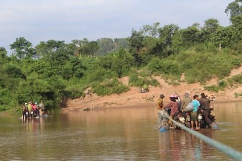 Dùng thùng phuy và dây cáp để... vượt sông mỗi ngày - ảnh 2