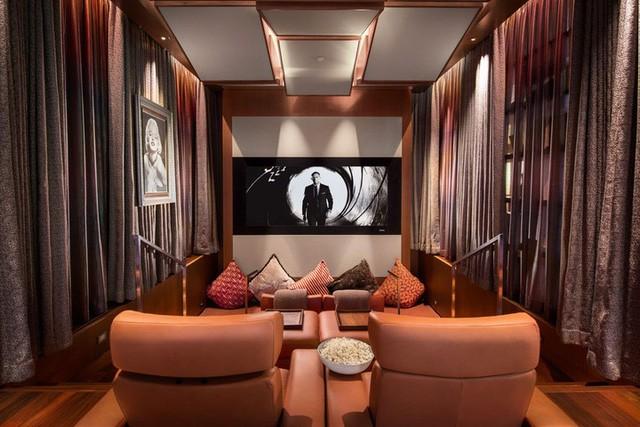 """Thậm chí nó còn có một hầm rượu bằng kính đẹp """"ngất ngây"""", một phòng giải trí đủ làm say đắm bất cứ ai bước vào và một quầy bar đầy phong cách sẽ làm kinh ngạc các vị khách. Dù sao thì với tổng diện tích lên đến 1200m2, ai mà không thấy """"choáng ngợp"""" cơ chứ."""