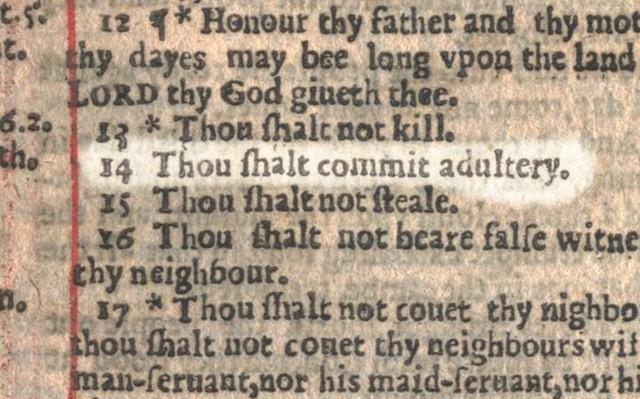 """Điều răn thứ 7, trong 100 bản in của Kinh thánh, đã """"răn dạy"""" các con chiên rằng: """"Thou shalt commit adultery."""" (tạm dịch: """"Hãy dính líu đến tội thông dâm"""")."""