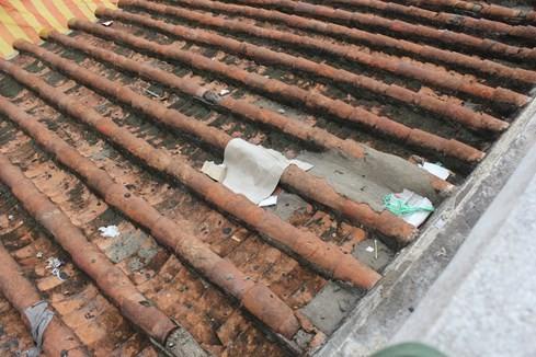 Phía trên khu vực mái ngói phải dùng xi măng trám tạm bợ