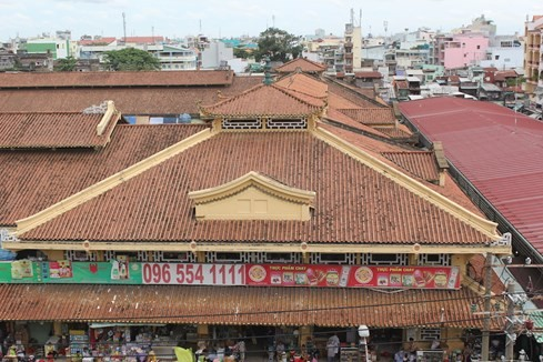 Chợ được thiết kế theo lối kiến trúc Trung Hoa, theo hình bát quái, gồm 12 cổng (cả phụ và chính)
