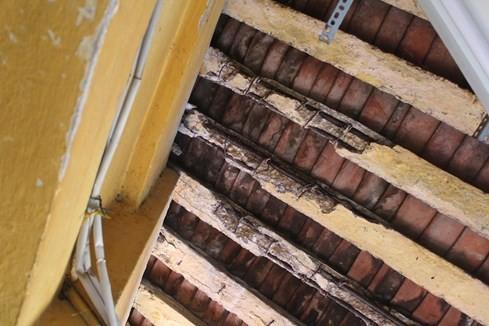 Các thanh xà bị bong tróc lộ rõ sắt thép bên trong