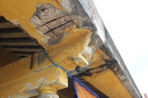 Trong nhiều hạng mục chính của chợ đang dần mục nát như: hệ thống rui mè, mái ngói, tường bị nứt toát
