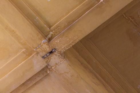 Khu vực trần sảnh chính cũng xuất nhiều vết nứt