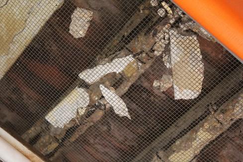 Do có nhiều mảnh vỡ thường xuyên rơi xuống, ban quản lý chợ đã dùng lưới đảnh che chắn lại