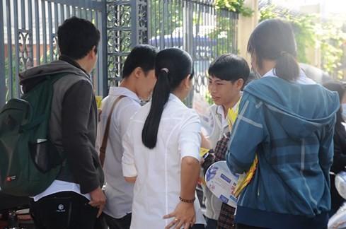 Những người phát tờ rơi thường đi theo nhóm - Ảnh: Mai Quỳnh