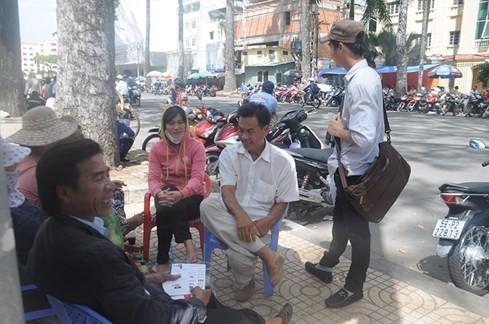 Chú Kiệm (Long An) nhận được kha khá tờ rơi chỉ sau buổi thi môn toán - Ảnh: Mai Quỳnh