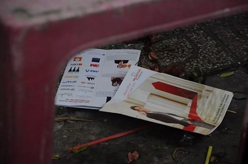 Lợi dụng thi cử, đua nhau phát tờ rơi làm rác tràn ngập - ảnh 7