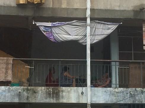 Chiều chiều, chỉ cần nhìn thấy tấm vải được treo lên là nhiều người hàng xóm kéo đến tám chuyện