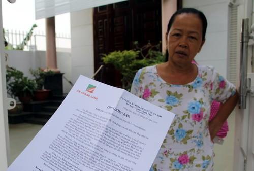 Bà Xuyến bức xúc vì đến giờ này công ty vẫn gửi thư cho rằng dự án sẽ được triển khai trong tháng 7 này. Ảnh: Phước Tuấn