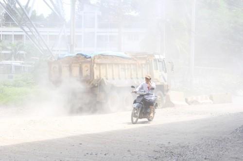 Bụi trắng xóa trên đường Nguyễn Văn Bá, phường Trường Thọ, quận Thủ Đức, TP HCM