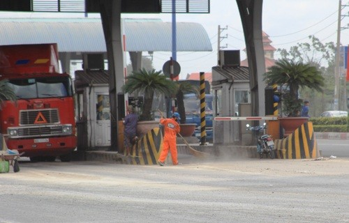 Công nhân vệ sinh phải quét dọn thường xuyên để hạn chế bụi khi xe qua trạm thu phí