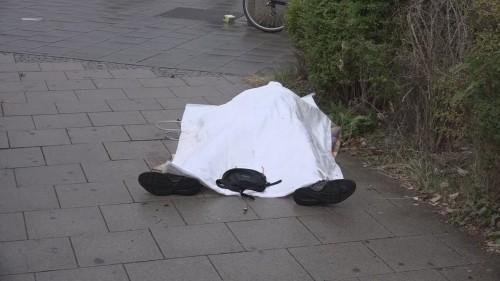 Một thi thể nằm trên mặt đất sau vụ xả súng ở Munich. Ảnh: Reuters