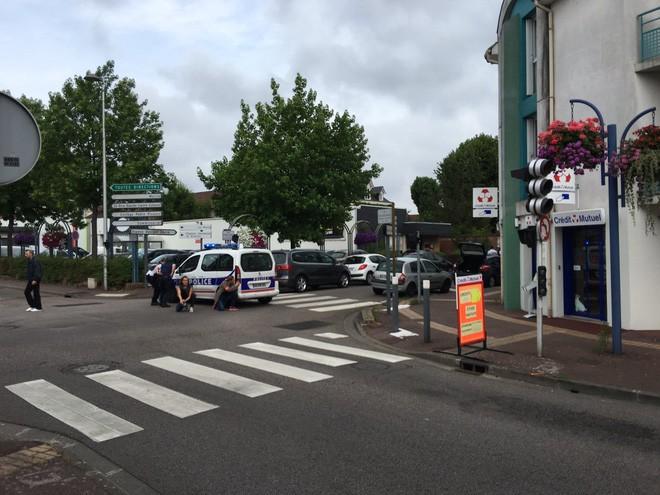 2 kẻ có vũ trang bắt giữ con tin trong nhà thờ ở Pháp - Ảnh 3.