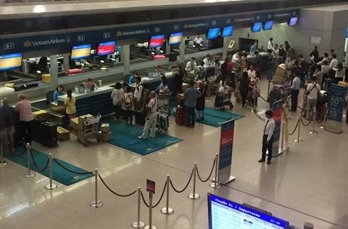 Tại các quầy làm thủ tục của Vietnam Airlines vẫn tấp nập người