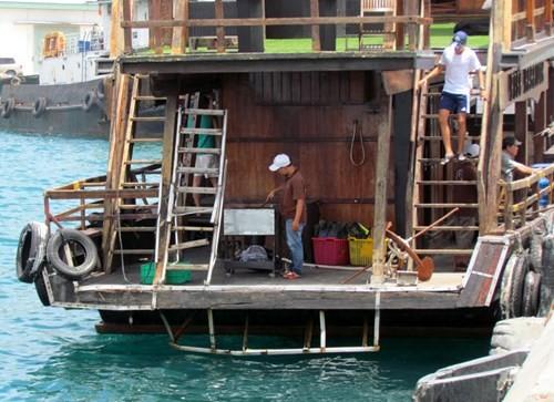 Tàu du lịch bị đâm chìm ngay tại cảng - ảnh 4