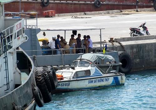 Tàu du lịch bị đâm chìm ngay tại cảng - ảnh 1
