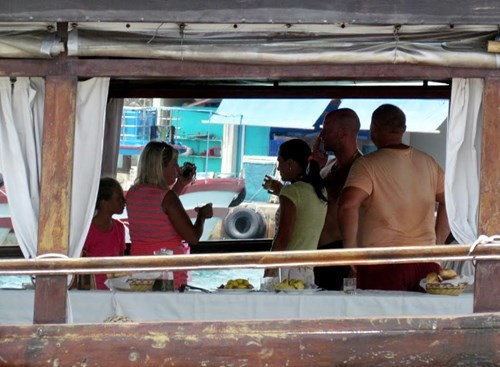 Tàu du lịch bị đâm chìm ngay tại cảng - ảnh 6