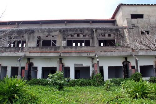Một tòa nhà nằm ven biển của Khu du lịch Đồi Phong Lan. Ảnh: Phước Tuấn