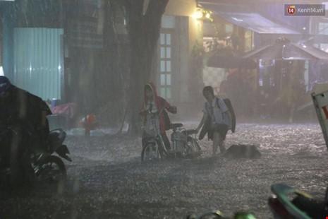 Người Sài Gòn choáng váng với cơn mưa tối tăm trời đất - ảnh 13