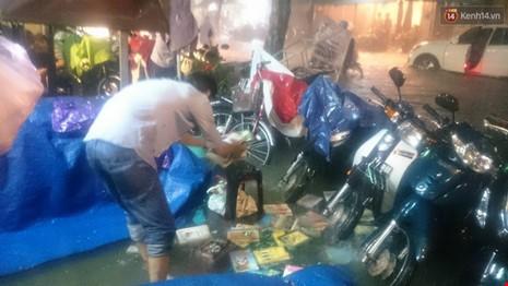 Người Sài Gòn choáng váng với cơn mưa tối tăm trời đất - ảnh 16