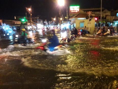 Người Sài Gòn choáng váng với cơn mưa tối tăm trời đất - ảnh 4