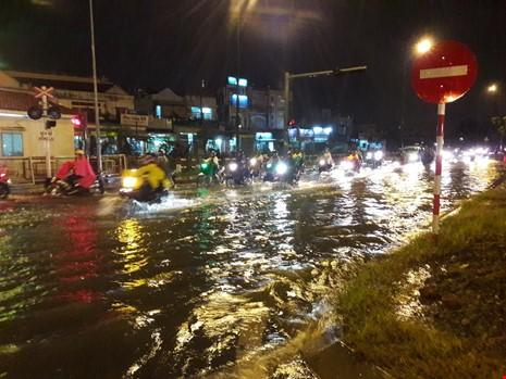Người Sài Gòn choáng váng với cơn mưa tối tăm trời đất - ảnh 5