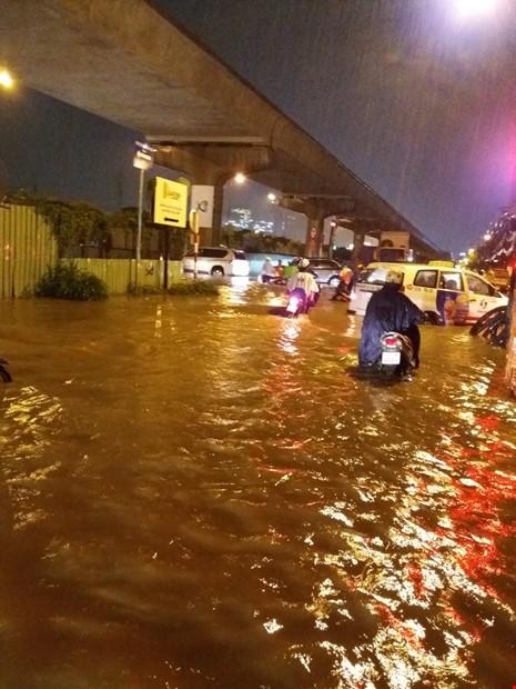 Người Sài Gòn choáng váng với cơn mưa tối tăm trời đất - ảnh 20