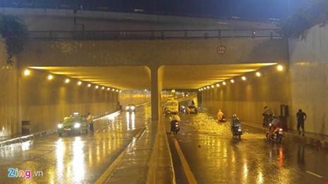 Người Sài Gòn choáng váng với cơn mưa tối tăm trời đất - ảnh 18