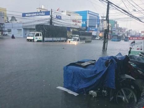 Người Sài Gòn choáng váng với cơn mưa tối tăm trời đất - ảnh 19