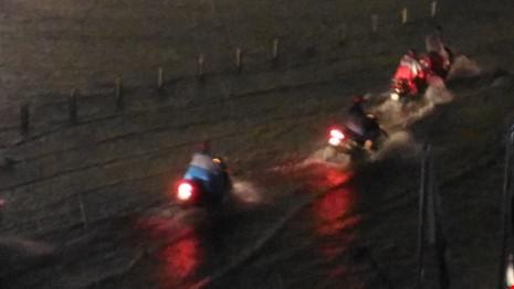 Người Sài Gòn choáng váng với cơn mưa tối tăm trời đất - ảnh 7