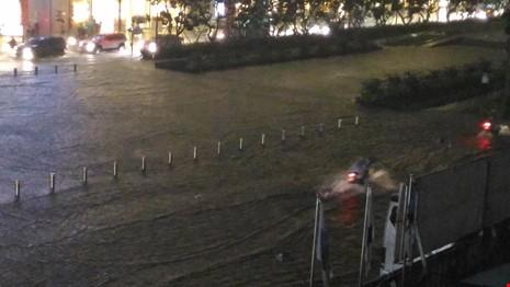 Người Sài Gòn choáng váng với cơn mưa tối tăm trời đất - ảnh 6