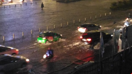 Người Sài Gòn choáng váng với cơn mưa tối tăm trời đất - ảnh 2