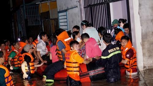 Sau mưa chồng mưa ở TPHCM: Hàng triệu người còn bì bõm - ảnh 1