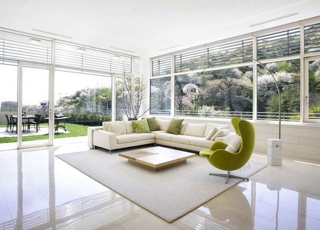 Không gian phòng khách được thiết kế thoáng tràn ngập cây cỏ và ánh sáng tự nhiên.