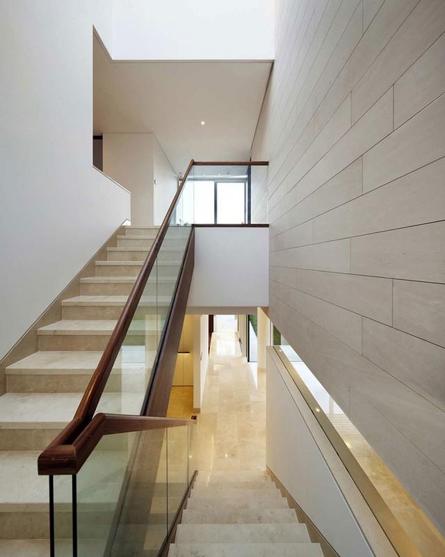Cầu thang kính rộng thoáng dẫn lên các tầng.