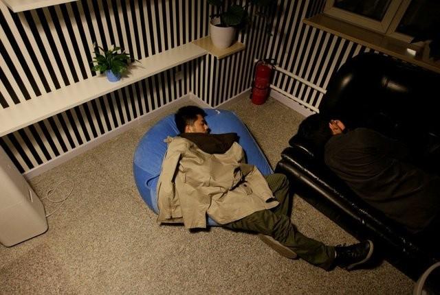 Ngủ vạ vật trên văn phòng khi làm khởi nghiệp.