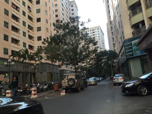 Ô tô, xe máy thiếu chỗ đậu, giăng kín các lối ra vào vào xung quanh tòa chung cư.