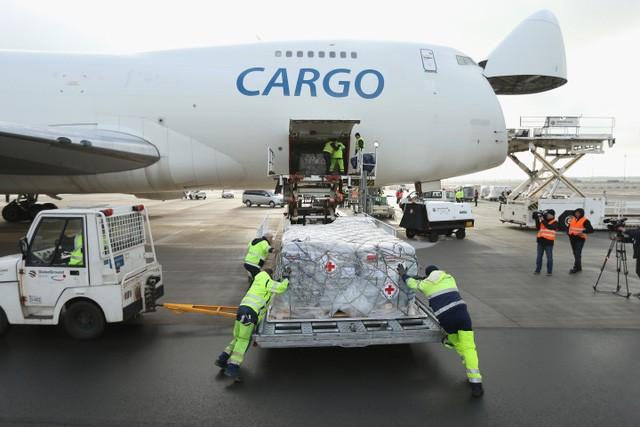 Amazon cũng tỏ ra không kém cạnh khi mới ký hợp đồng thuê một hạm đội máy bay và mua hàng nghìn ô tô chở hàng