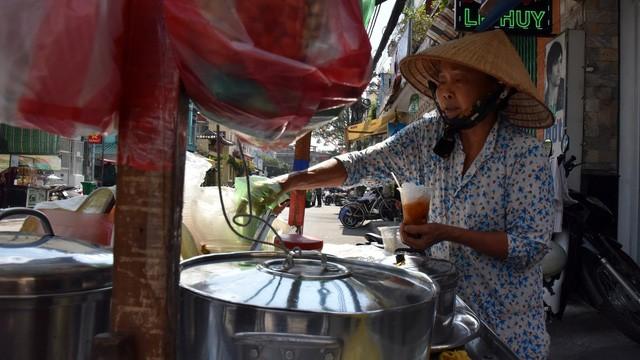 Gánh hàng rong của mẹ già trên vỉa hè và sức ép dân số Việt Nam già hóa trong mắt phóng viên báo Tây - Ảnh 1.